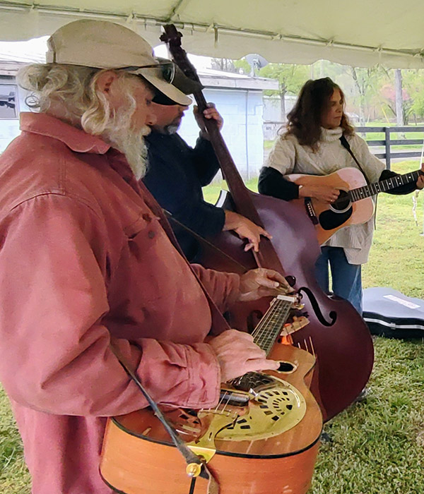 Bluegrass jamm - pickers at work at Graves Mountain